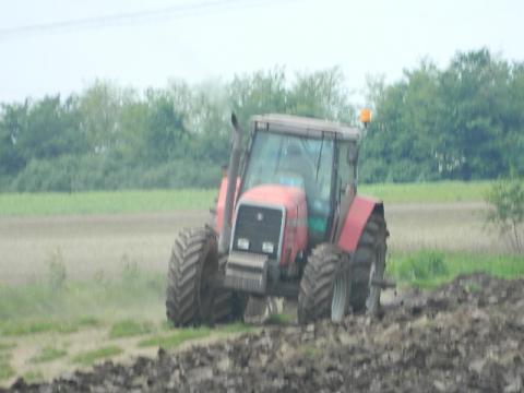 Mašinska priprema zemljišta za setvu travnjaka