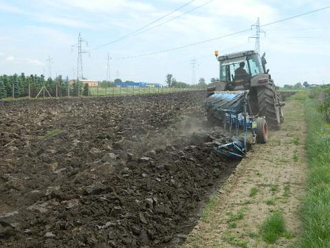 Mašinska obrada zemljista ( oranje )  do određene dubine, pre setvene pripreme